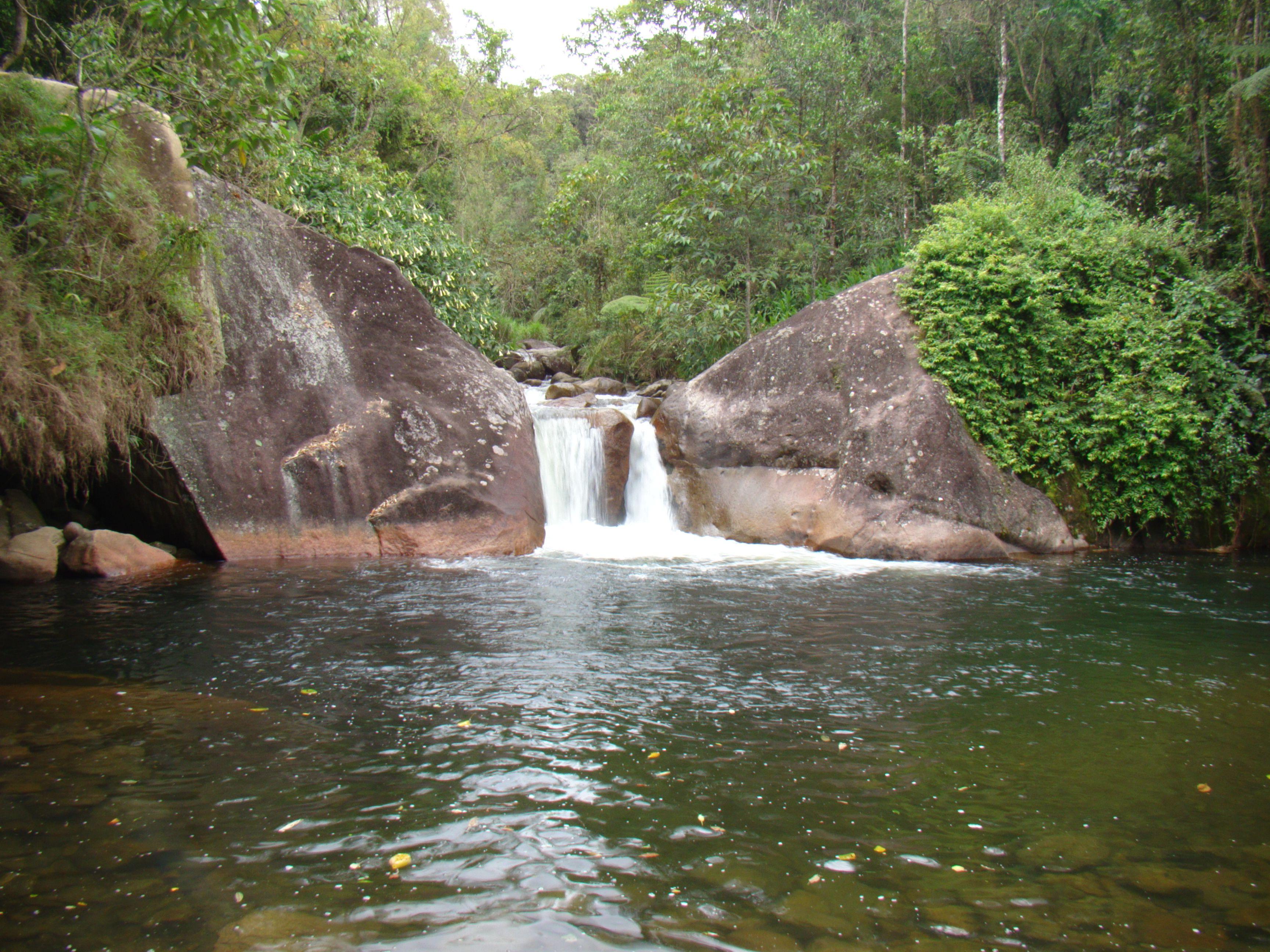 O lago do poção faz parte do cenário da Vila da Maromba, cerca de 2 Km estrada acima. Ideal para banho e saltos, entretanto vale o cuidado de não se aventurar tanto. Observar os moradores da região é uma boa pedida de segurança.