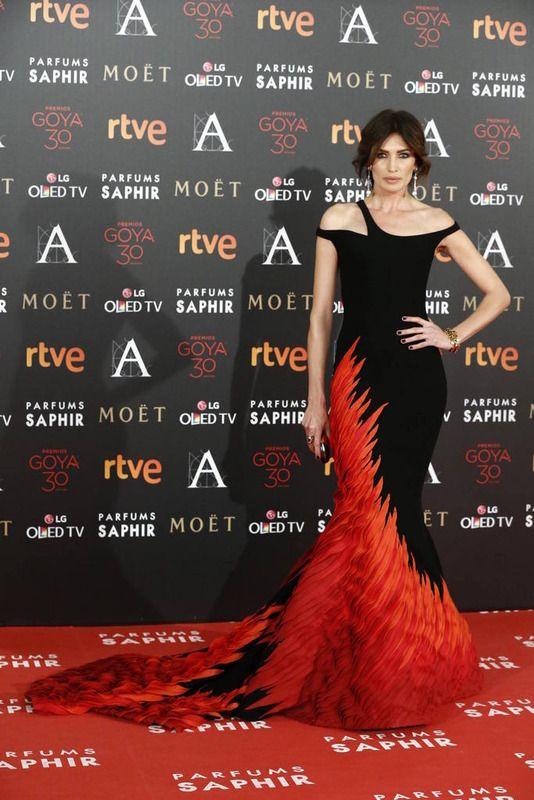 2891822cf Nieves Álvarez vestido en rojo y negro de Georges Chakra y complementos de  Louboutin (Goya 2016)