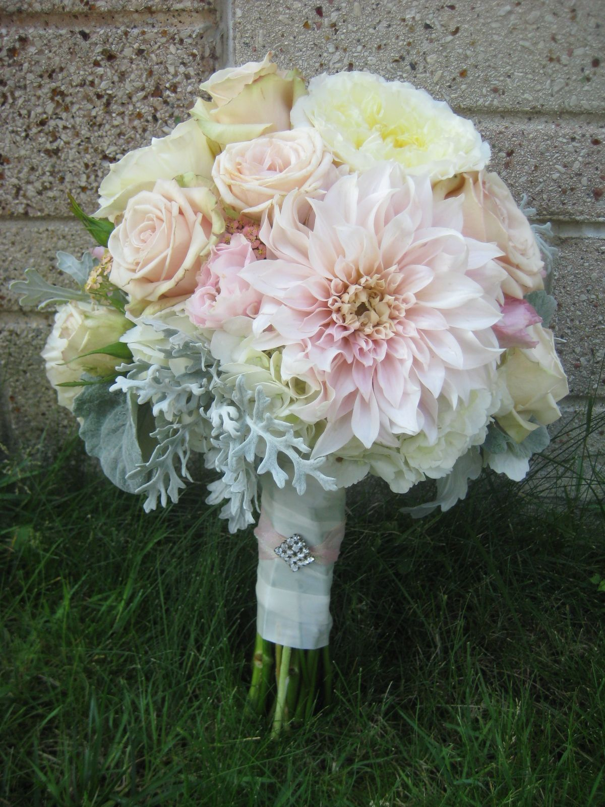 dahlias, garden roses and spray roses/www.bloomlovely.com