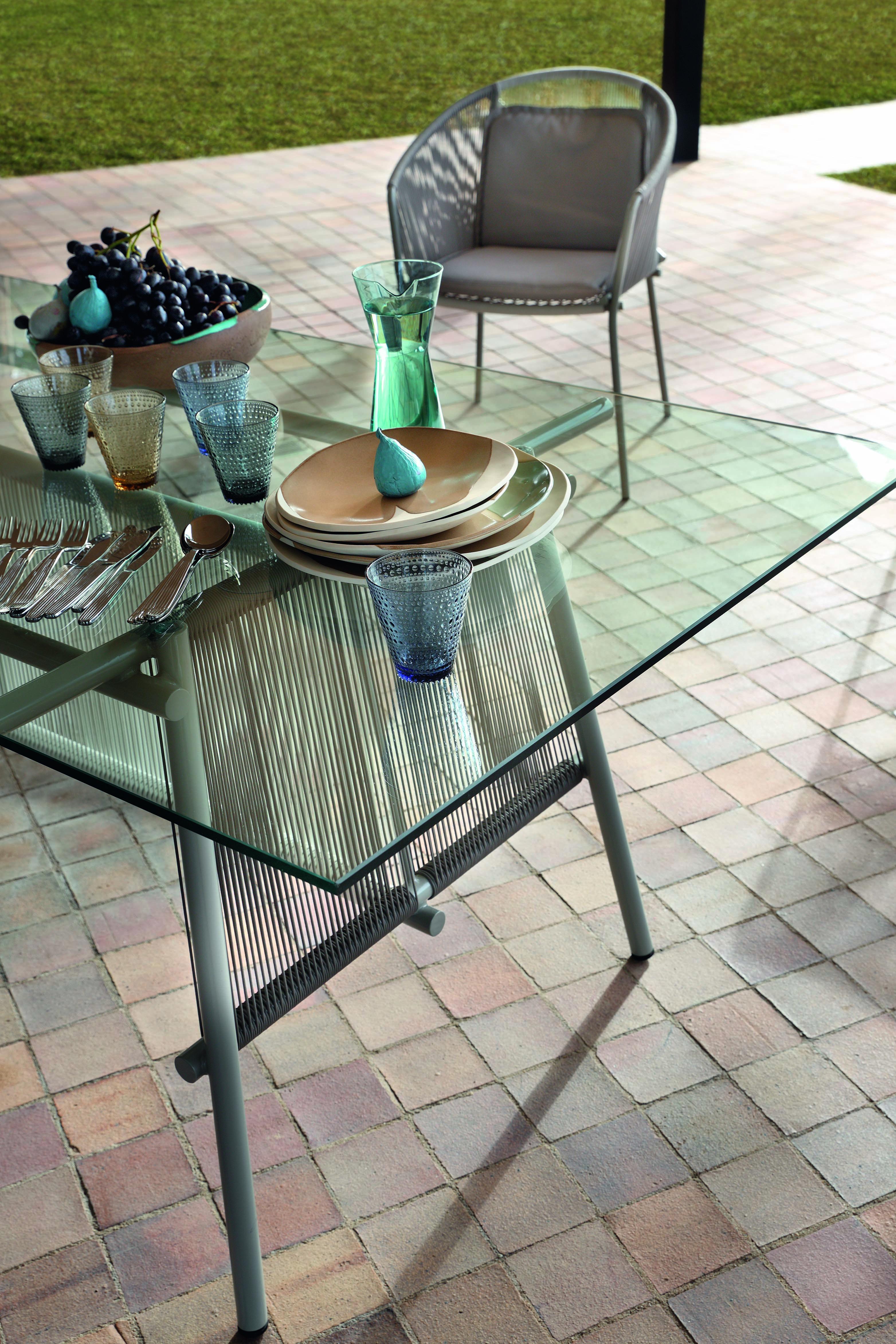 Roche Bobois Traveler Collection Designed By Stephen Burks The Traveler Outdoor Collection Invites You To Rel Table De Repas Ronde Table Repas Rochebobois