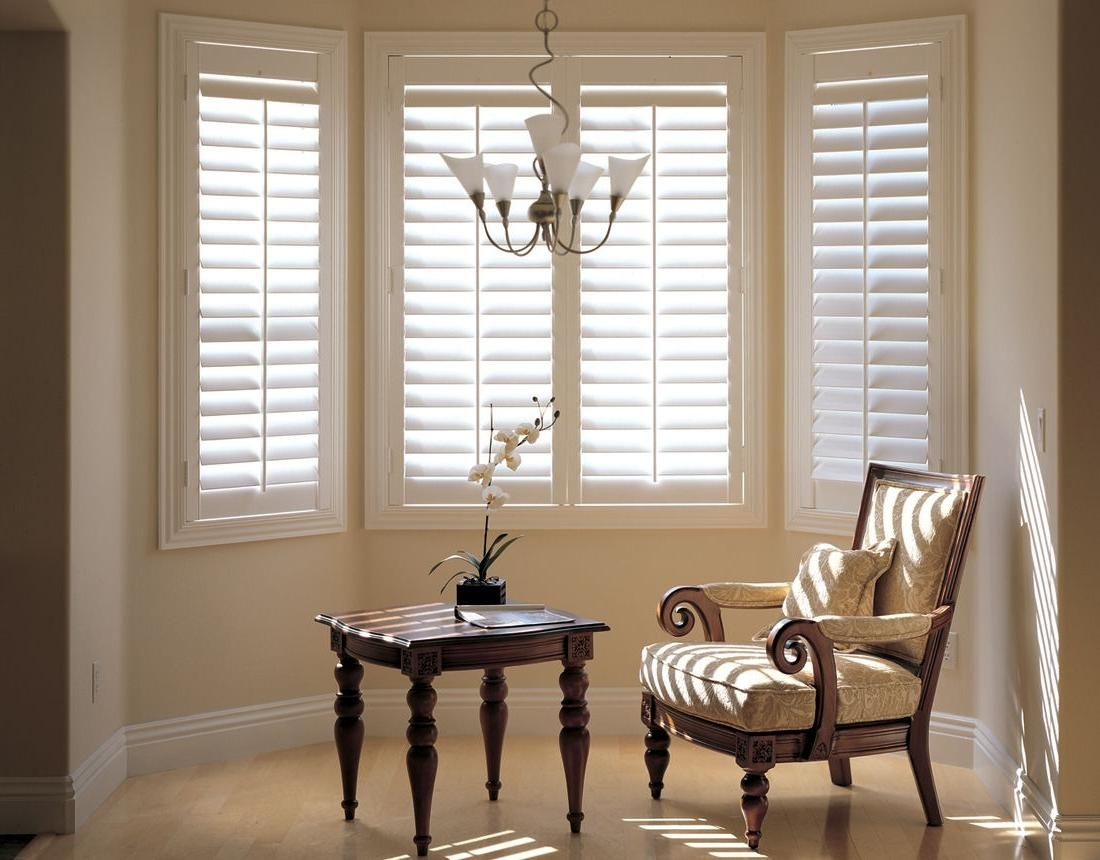 Fashionable Window Blinds Design With Classic Chandelier