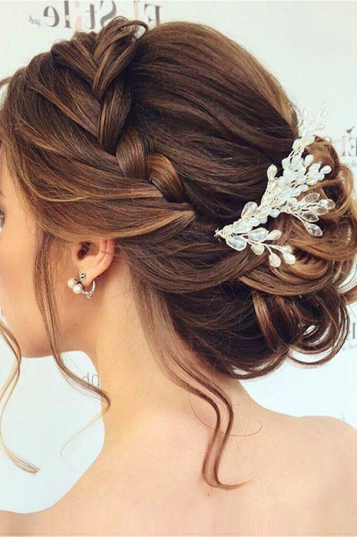 Wie Krone Zopf Flechten Hochsteck Frisur Ein Schmuckstuck In Weisser Farbe Flechtfrisuren Hochzeit Festliche Frisuren Mittellange Haare Frisur Braut