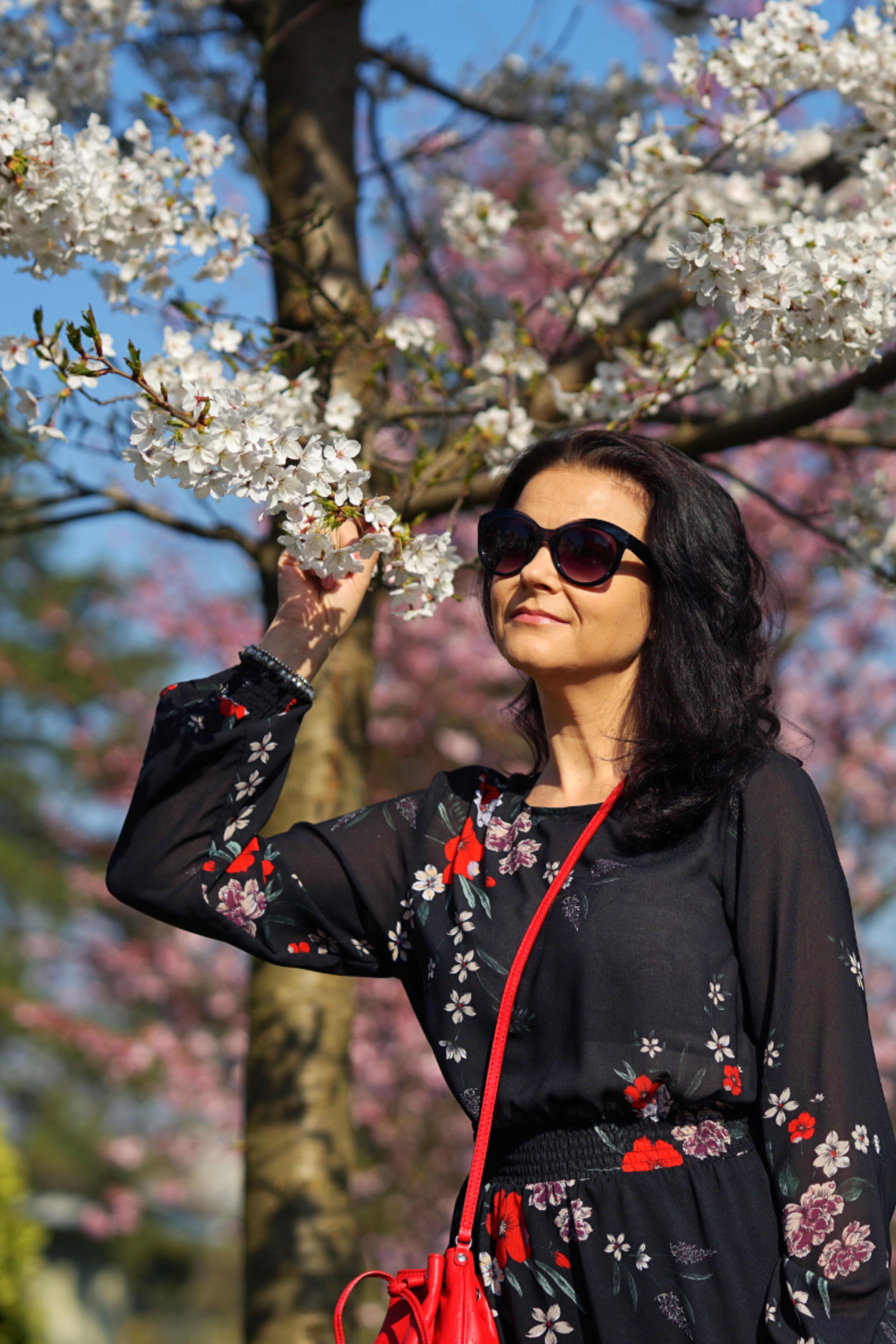 Endlich ist der Frühling da uns es ist Zeit für mein Blumenkleid! 🌸🌷🌱🌼 . . . .  . . #blumen #blumenkleid #flowerprint #flowers #cityphotography #flowerlover #frühling2020 #spring2020 #schweiz #blütenzauber #flowers #swissbloggerstyle #beautifulweather #springvibes #springfeeling #lifestyle #zurichcity #zurich #switzerland  #hellozurich #swissfashionblogger #swissinfluencer  #swissblogger #kirschbaum #cherryblossom #springiscoming
