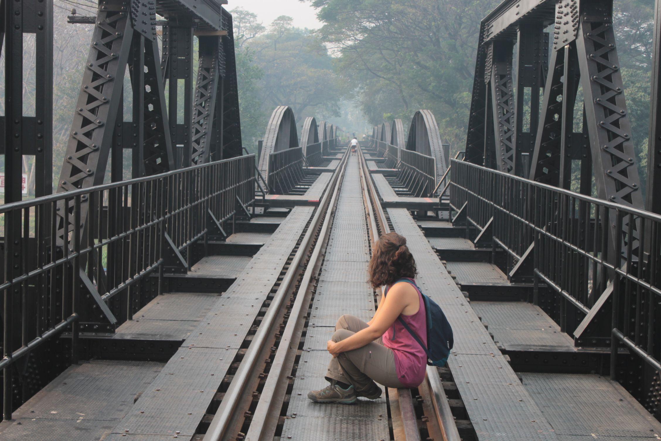 Roser sentada sobre las vías del tren