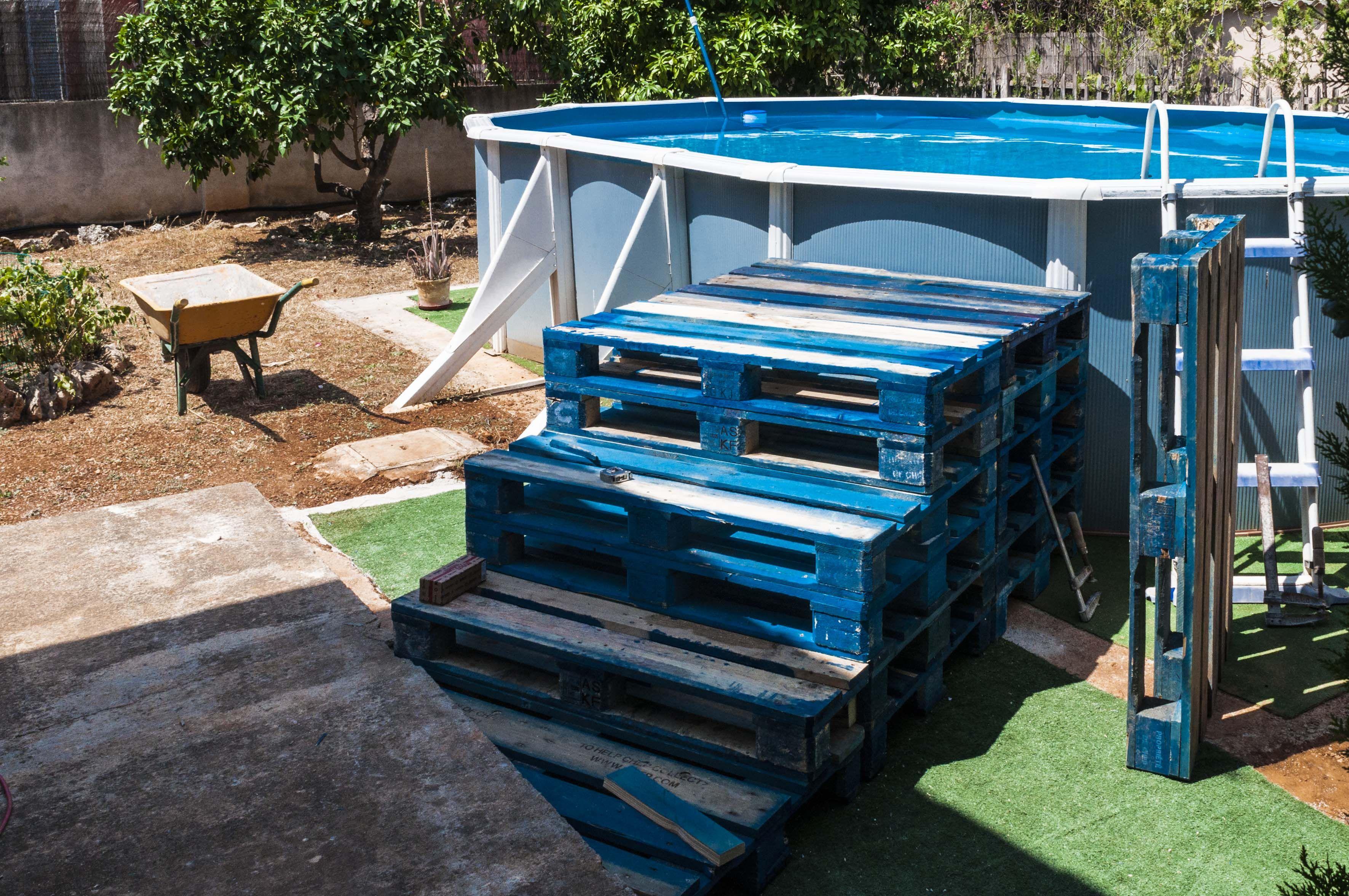 Escalera piscina hecha con palets home pinterest for Piscina con palets