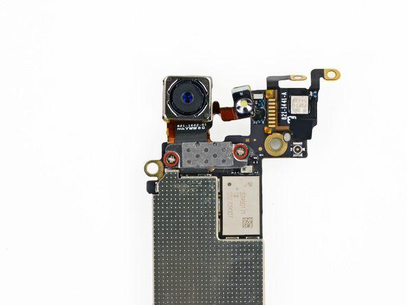 1. Retire los dos tornillos Phillips de 1,1 mm que sujetan el soporte de la cámara trasera a la placa lógica.