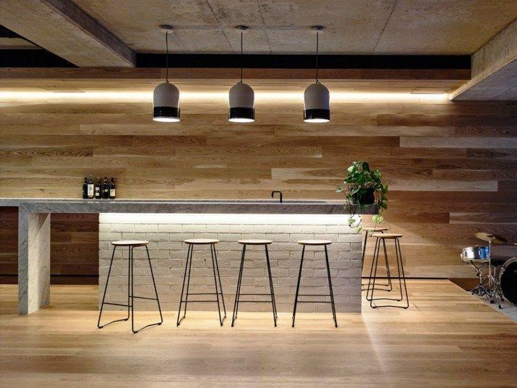 Eine Beton-Decke und Wandverkleidung aus Holz zieren das Bar ...