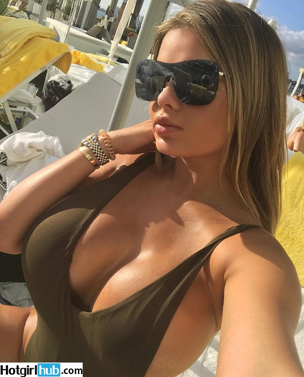 hot girl with glasses boobs