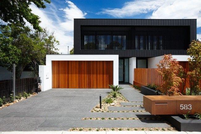 Modernes Haus Holz Garagentor Schwarze Etage Fassade Landschaftsbau