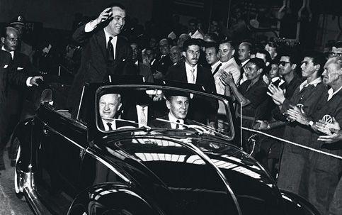Juscelino Kubitschek, na inauguração da fábrica da Volkswagen em São Bernardo do Campo/SP. Na ocasião, novembrode 1959, o Fusca começava oficialmente a ser produzido no Brasil e a Anchieta tornou-se a primeira fábrica a operar  fora da Alemanha.