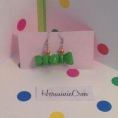 Adorables boucles d'oreilles petits noeuds en fimo vert et perle orange