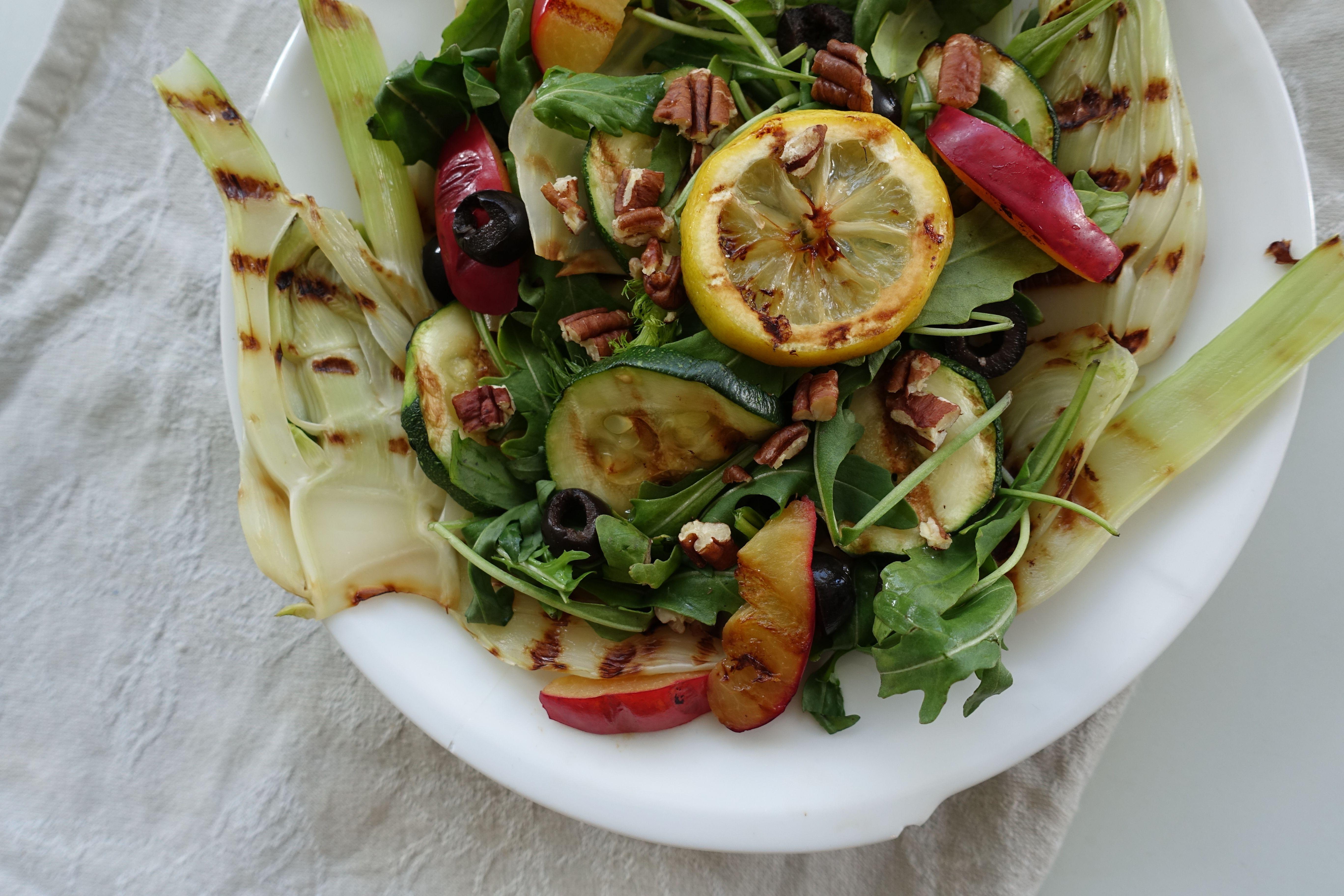 Zomerse salade met gegrilde venkel en pruim