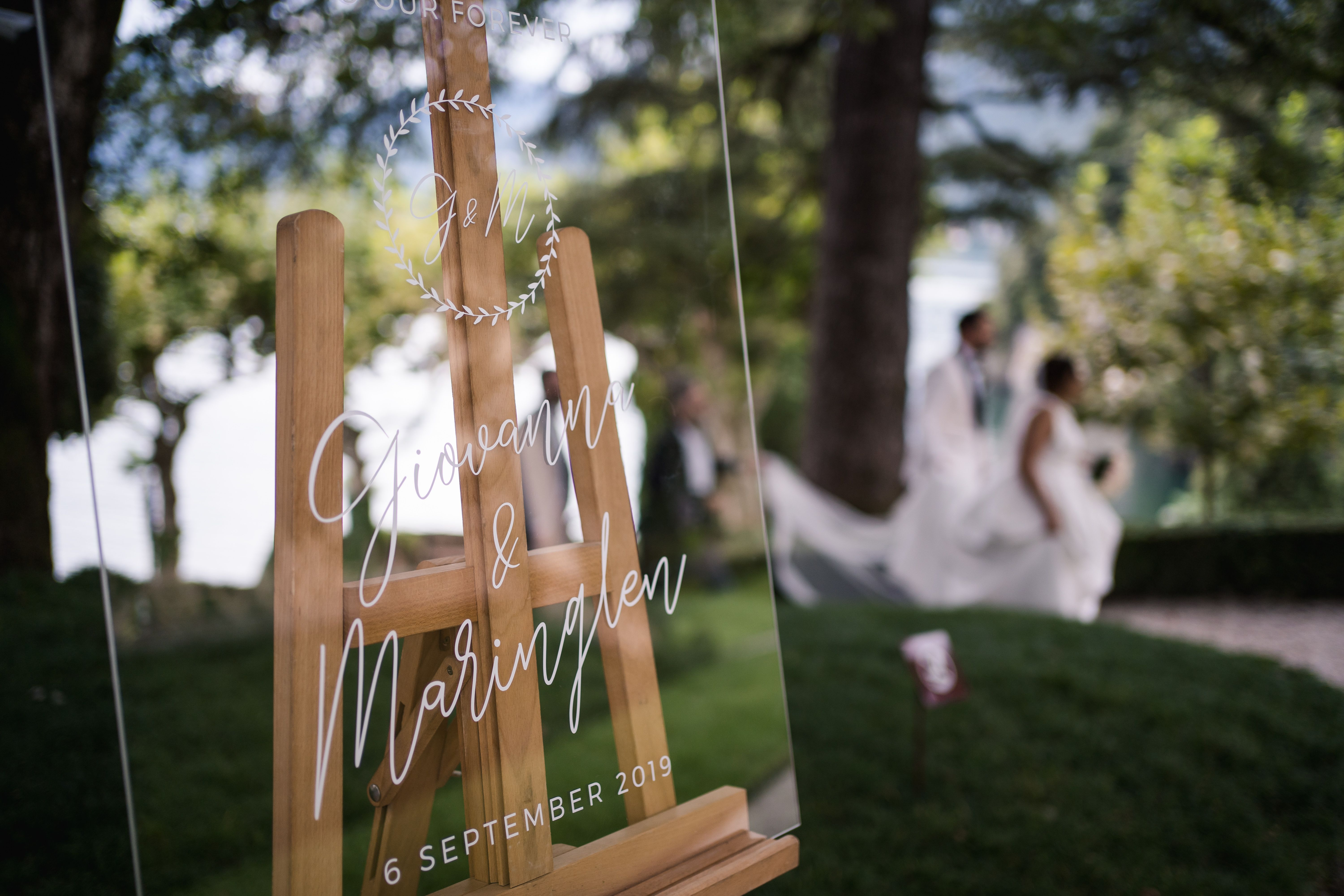 Welcome sign to the wedding personalized with name and wedding date of acrylic glass, English caption