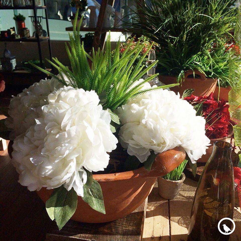 Ensambladas pétalo a pétalo, las flores artificiales están fabricadas con materiales que les dan un aspecto absolutamente naturales y se han convertido en protagonistas de las tendencias actuales.
