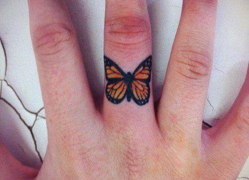 Piccolo Tatuaggio Femminile Farfalla Sul Dito Tatuaggi Sulle Dita Tatuaggi Femminili Idee Per Tatuaggi