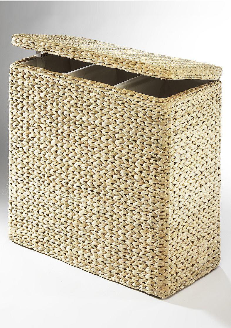 Wäschesammler.  Dekoratives Ordnungswunder. Wäschesortierer mit drei Fächern, die Ihnen die Gelegenheit geben die anfallende Schmutzwäsche zu sortieren. Ausführung mit stabilem Holzrahmen und in Handarbeit geflochtener Oberfläche aus naturbelassener Binse. Ausgeschlagen mit Textilfutter (100% Baumwolle). Maße (H/B/T) ca.: 64/66/32 cm....