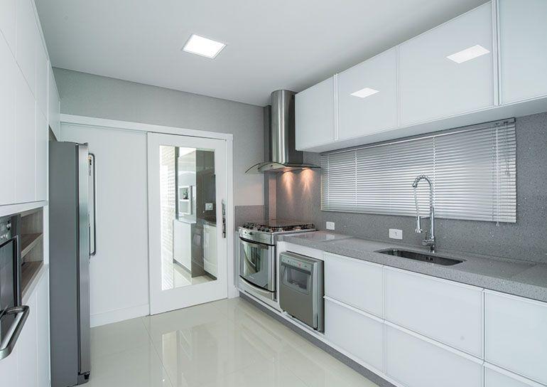 cozinha recebeu mobiliário sob medida, executada em MDF branco