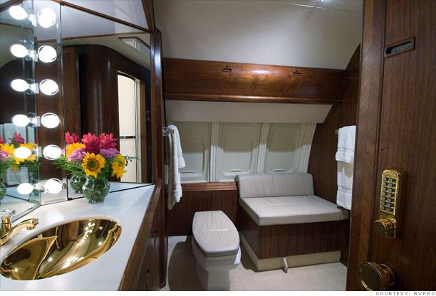 Donald trump private jet inside donald trump 39 s private for Private jet bathroom