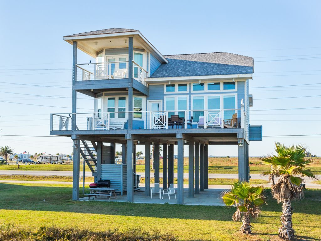 Location There S Ample Parking Underneath This Stilt House With Room For 4 Cars Tiny Beach House Beach House Exterior House On Stilts