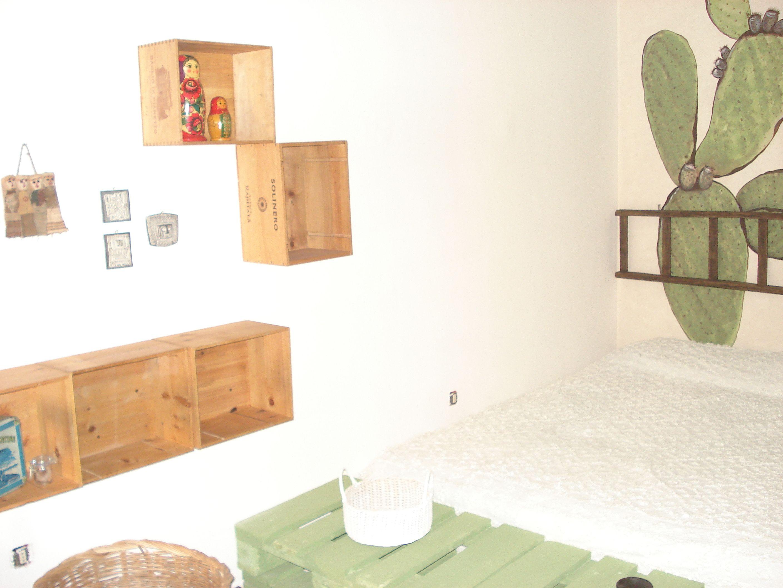Una stanza da letto arredata con pedane cassette di vini e di frutta legno e iuta un pezzo - Letto pedane di legno ...