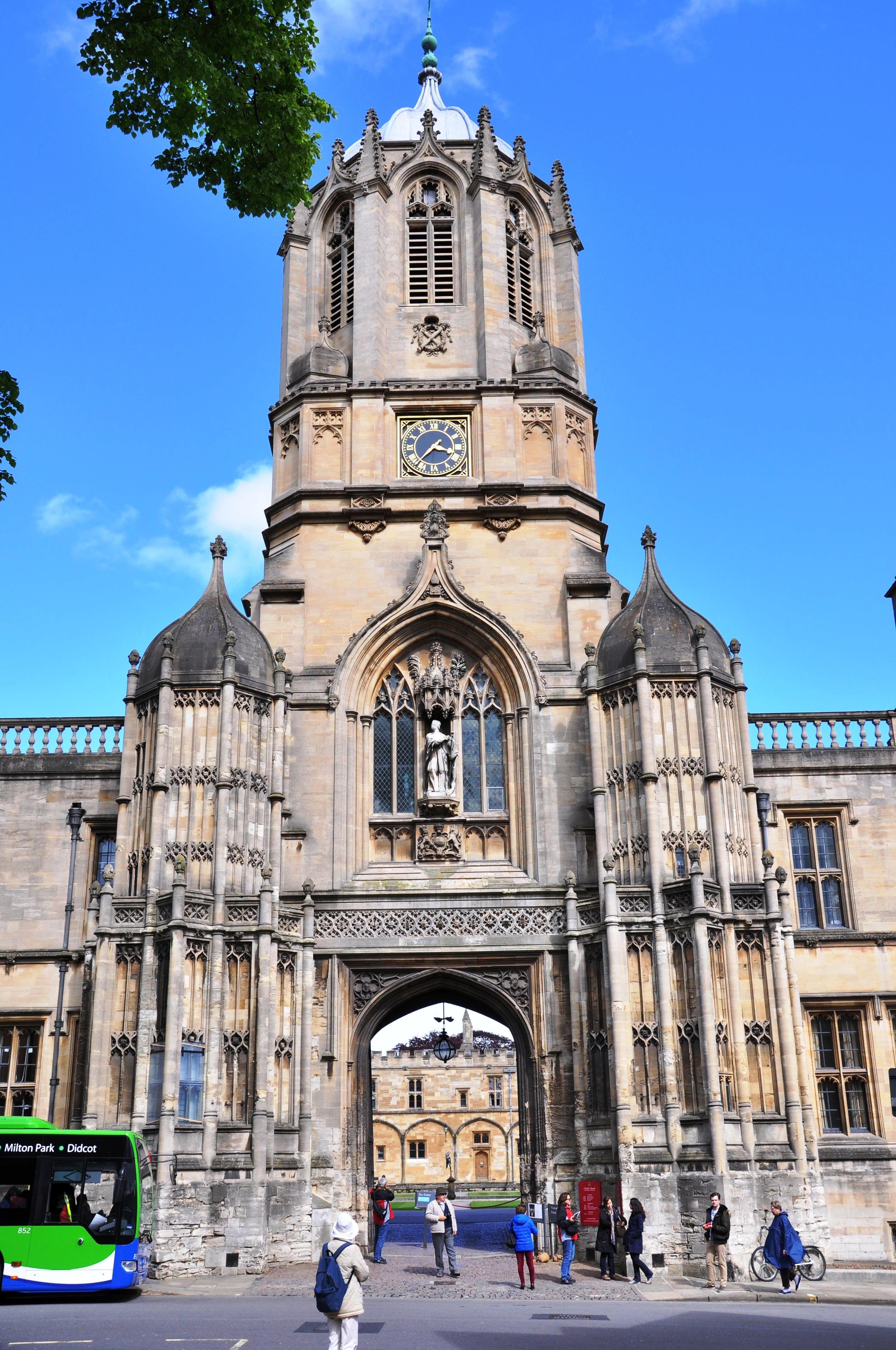 Oxford, şair Matthew Arnold'un bir dizesindeki gibi ''düş gören kuleler şehri'' olarak biliniyor.