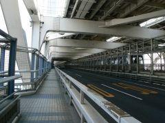 こちらはレインボーブリッジの遊歩道よく見るレインボーブリッジですが車道の下にはこんな光景が広がっているんですよ 遊歩道からは東京の街のパノラマが広がります 夜はライトアップされていてまたデートにおすすめ雰囲気です 渡りきるのに20分程かかりますがなかなか知られていない穴場スポットですよー() ぜひぜひ足を運んでみてください tags[東京都]