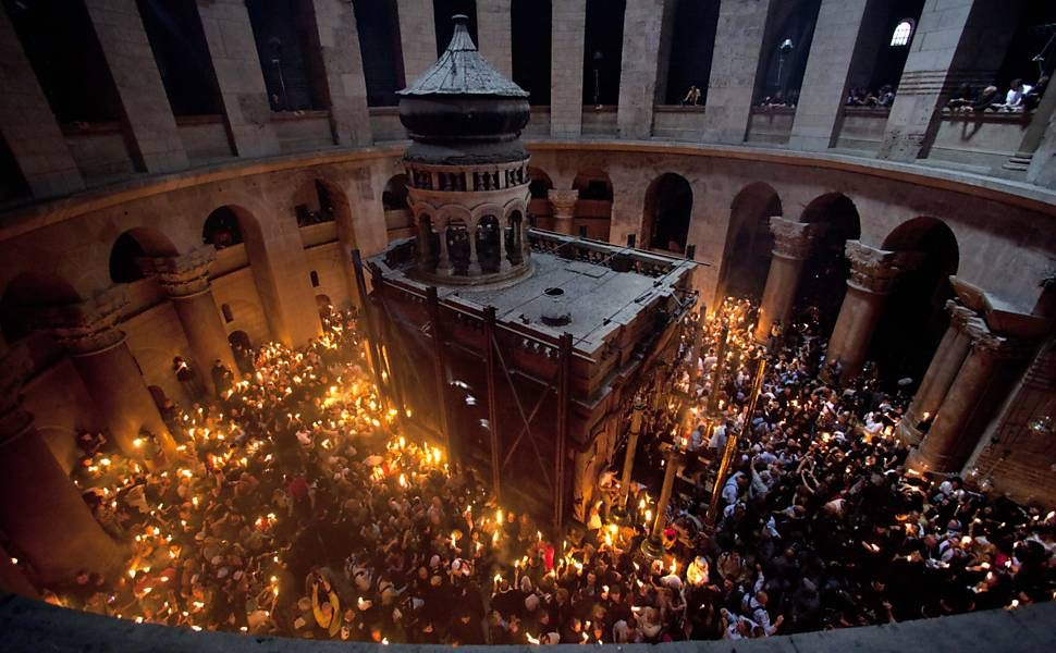 """Em cerimônia do fogo sagrado,  religiosos rezam na igreja do """"Santo Sepulcro"""" na cidade de Jerusalém, Israel."""