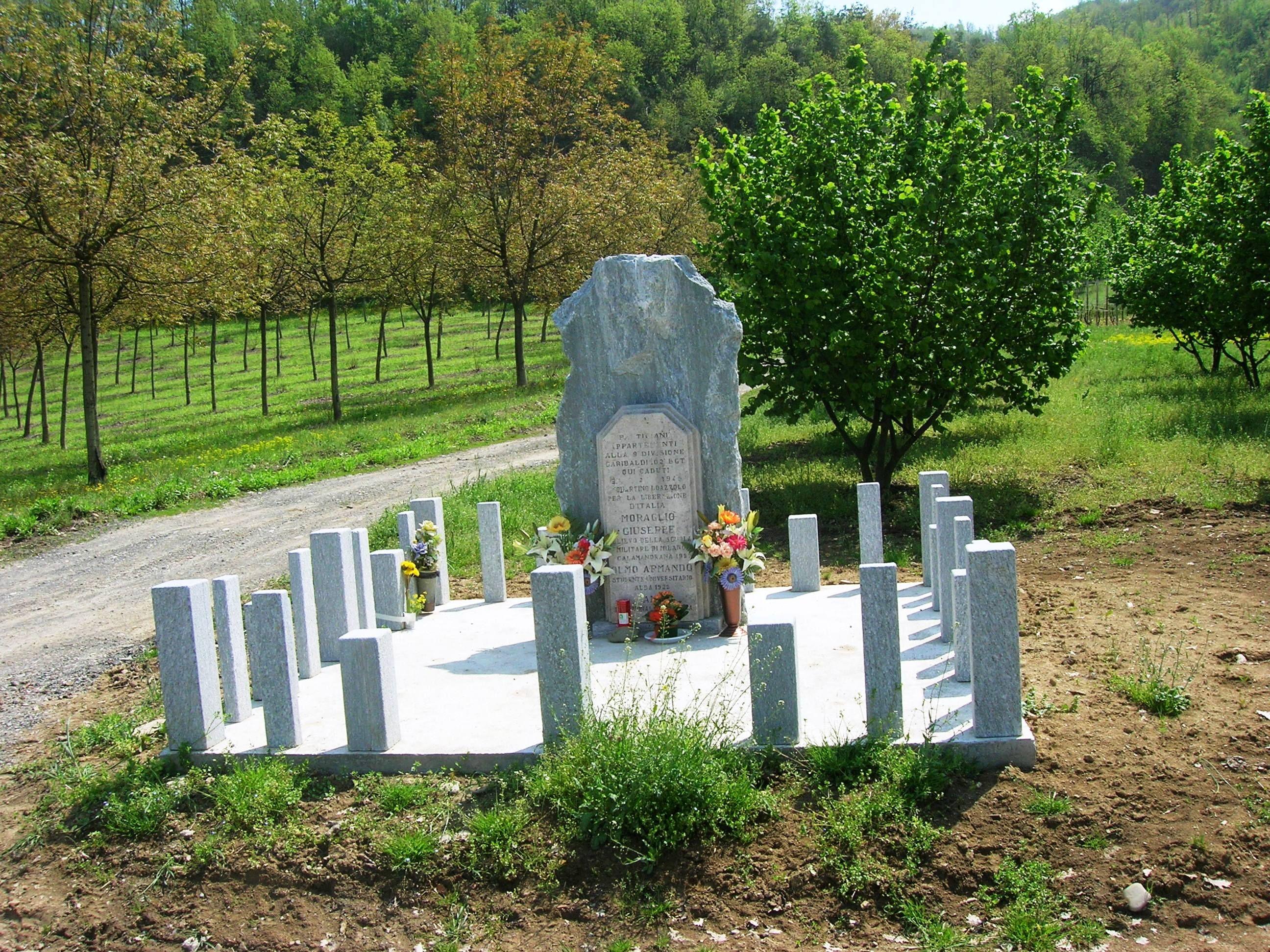 Itinerario Bubbio-Cortemilia,stradina Oltrebormida:restaurato il sacrario in ricordo dei 4 caduti uccisi dai tedeschi durante la lotta partigiana................................Itinerary Bubbio-Cortemilia, street Oltrebormida: restored the shrine in memory of fallen 4 killed during the partisan struggle