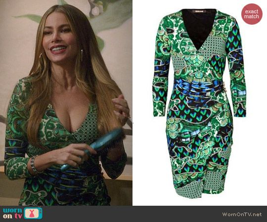 Gloria S Green Printed V Neck Dress On Modern Family Fashion Tv Dresses Modern Dress Patterns