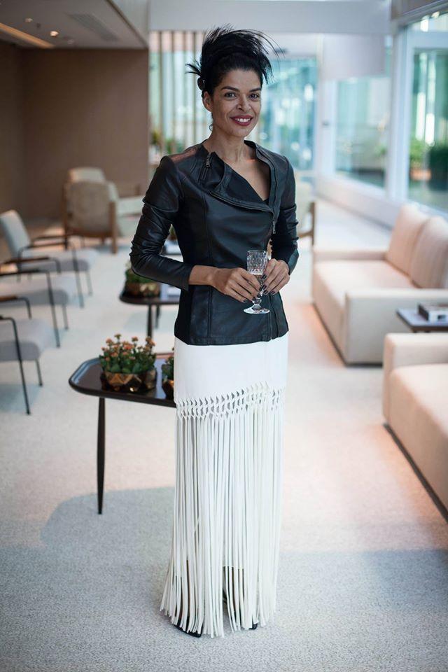 A nossa consultora de moda, Cristiana Pinheiro Guimarães, montou um look perfeito para a Elsaine Von Blanckenhagen curtir este outono. Saia de franjas Cris Barros, jaqueta de couro ARMANI, botas e arranjo de cabeça Louis Vuitton. Agende sua consulta no Lounge Vip.