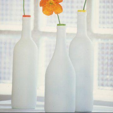 Déco  1 bouteille en verre, de la peinture blanche, un pinceau, des