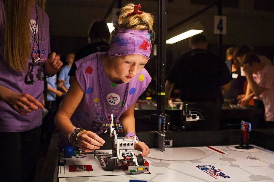 Hjemmebyggede robotter og it-programmering på  skemaet. Folkeskolebørn  lærer på en ny måde.