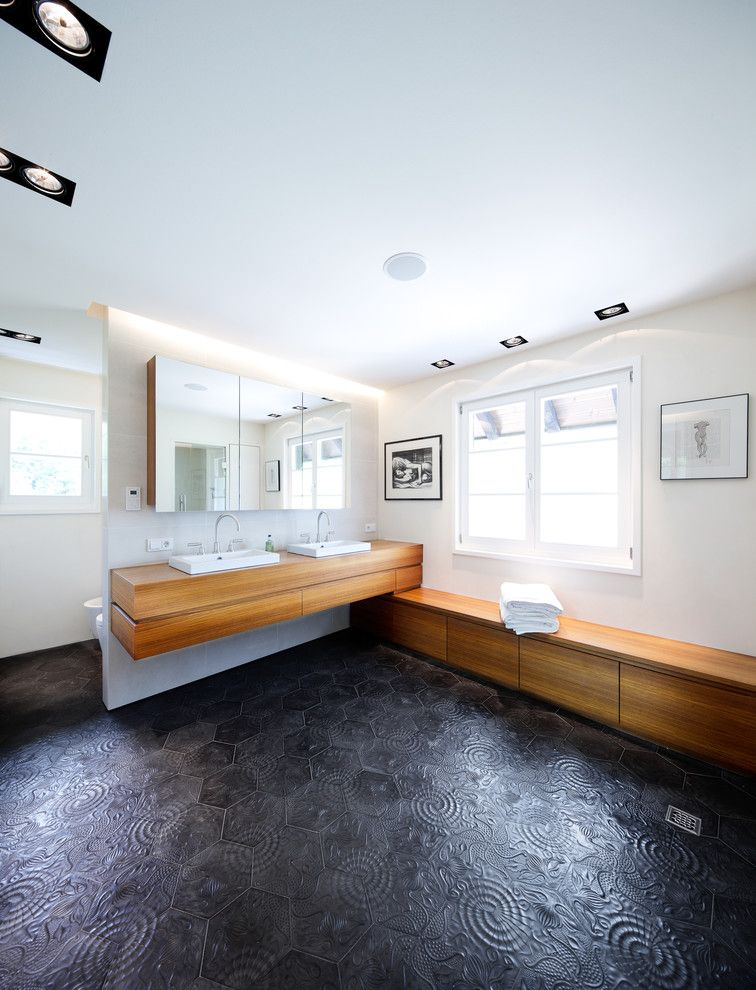 Moderne innenarchitektur badezimmer  Gäste Wc Fliesen Modern Stil Für Badezimmer Mit Sideboard Von ...
