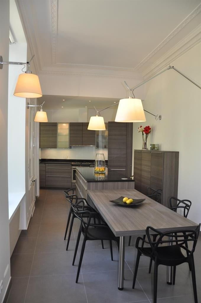 Kitchen open to the dining room with kartell chairs and original - Cuisine Ouverte Sur Salle A Manger Et Salon
