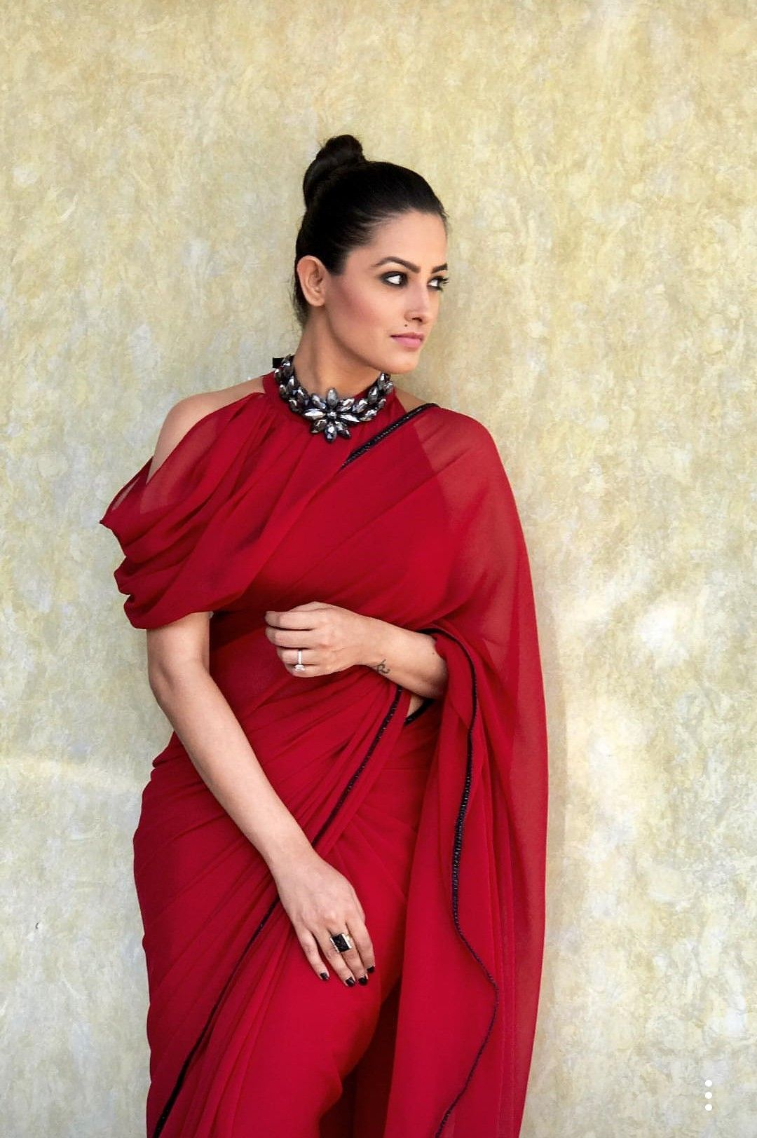 Anita Hassanandani in a red saree with a statement neckpiece ...