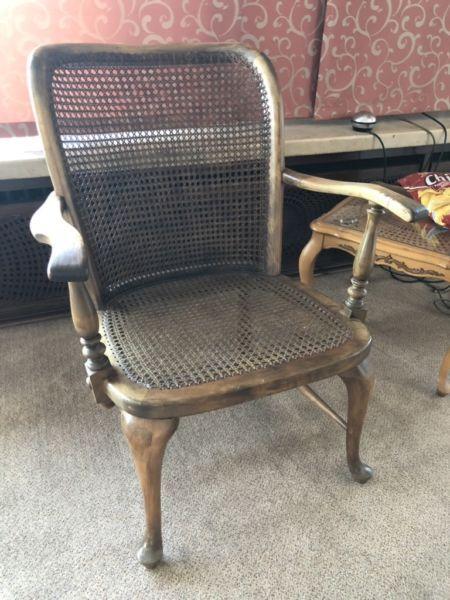 Holzstuhl mit Sitzfläche aus Korb aus übernommenem Haus an