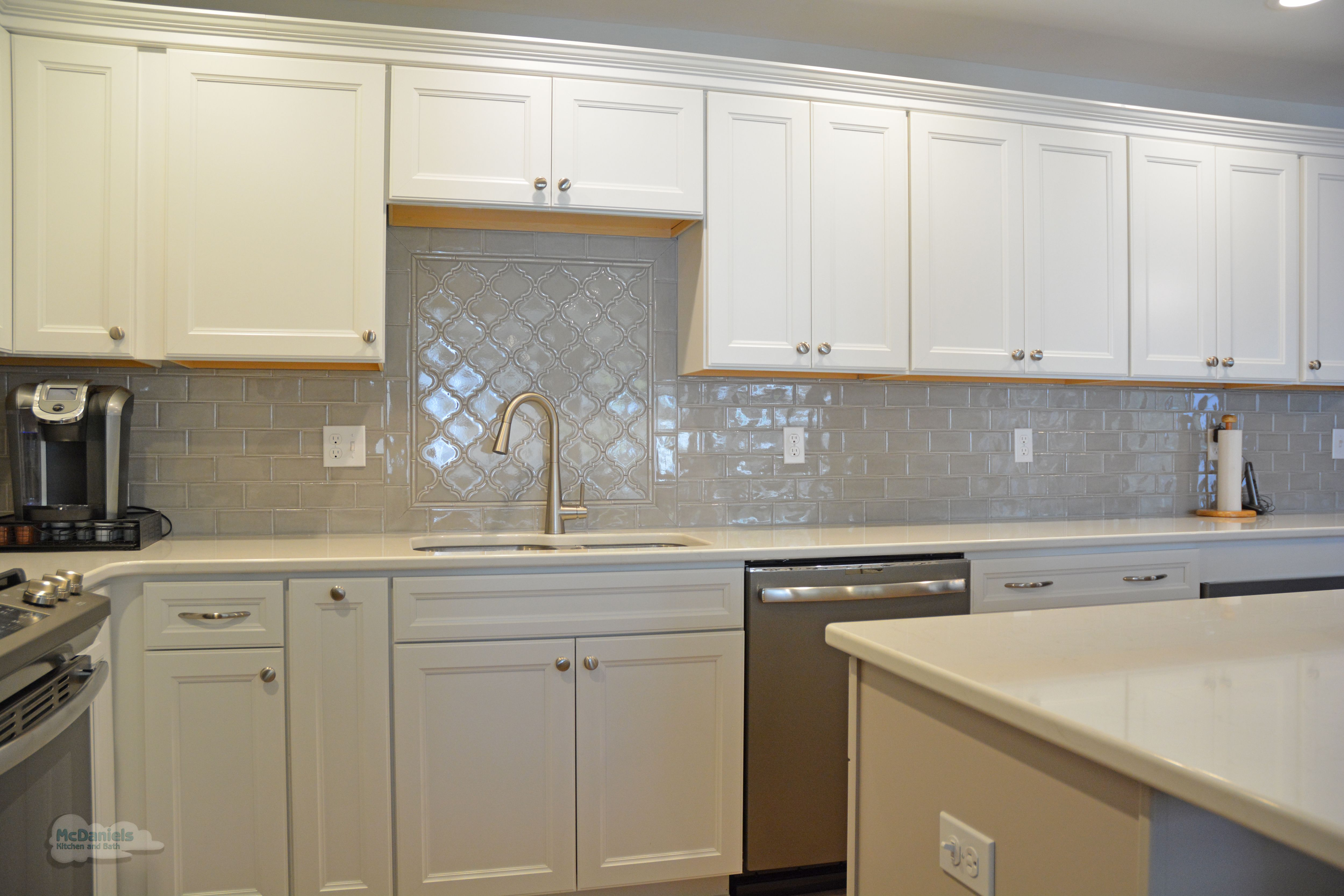 Topknobs Hardware Beautifully Accessorizes The Cabinetry And Complements This Bright Transitional Kitchen Design Kitchen And Bath Remodeling Kitchen Remodel