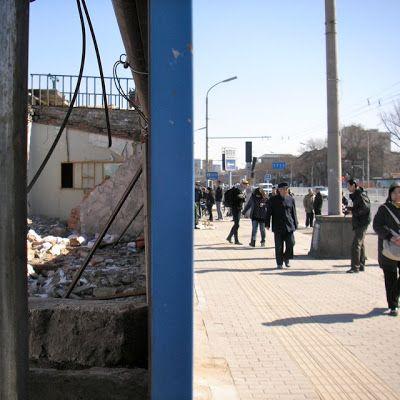 Vilijonkka & tyttäret: Poikkeuksellista Suomalaisperhe asui Pekingissä suurimman rakennusbuumin alettua, tässä työmaa-aitaa ja murettuja koteja hutongeilla.