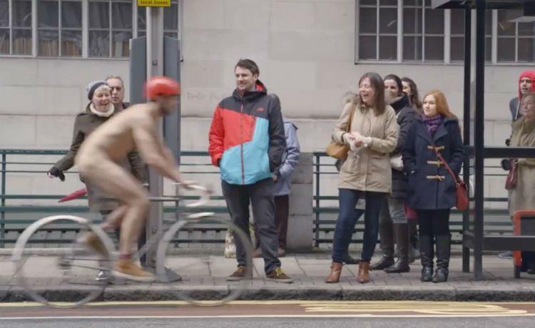 [Vídeo] Para chamar atenção aos ciclistas, homem pedala nu nas ruas de Londres