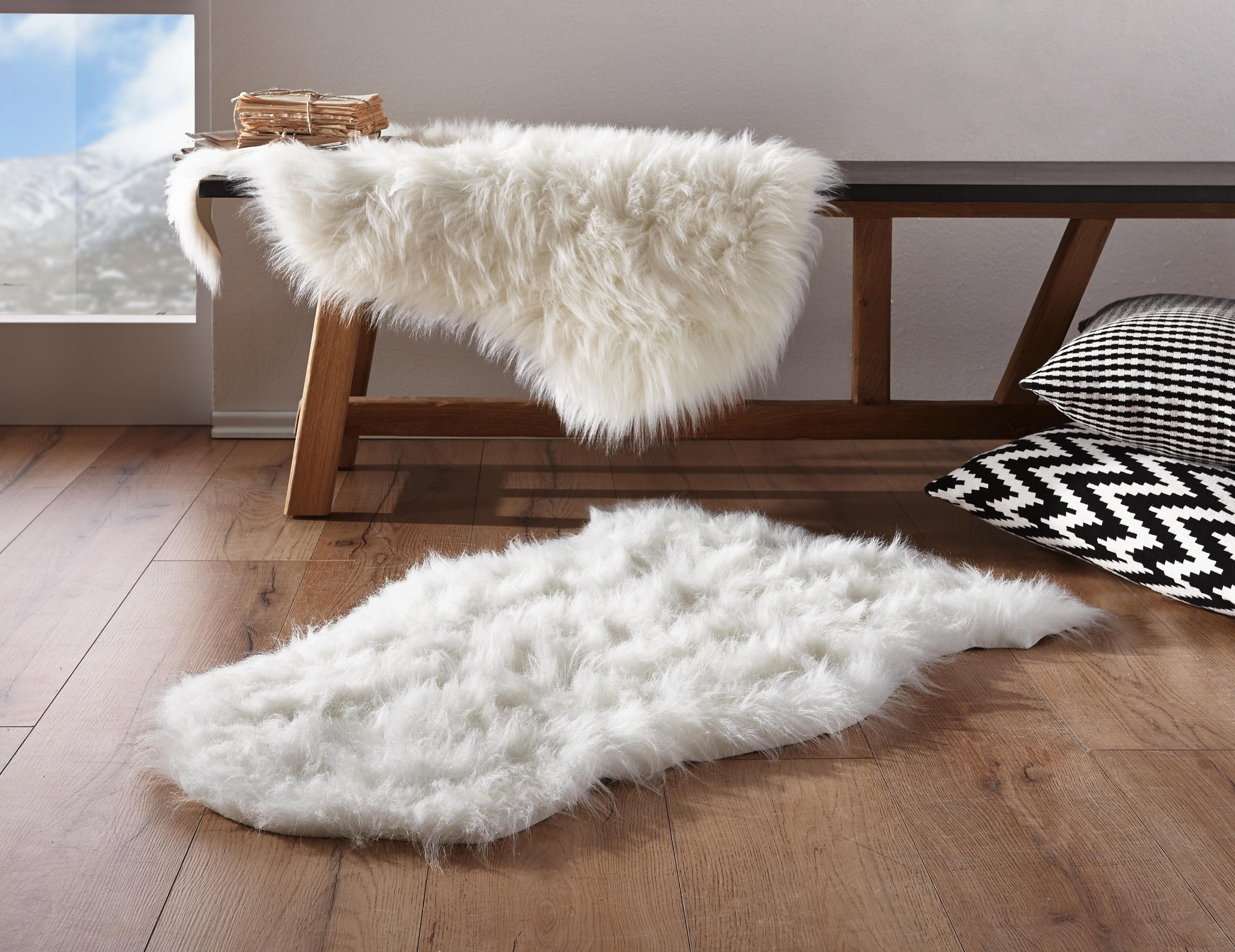 Das flauschige Schaffell hält nicht nur im Winter warm