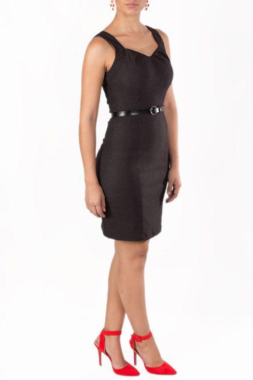 eef837ed Vestido negro, tallado que puedes combinar perfecto con unos zapatos de  tacón rojos y accesorios dorados.