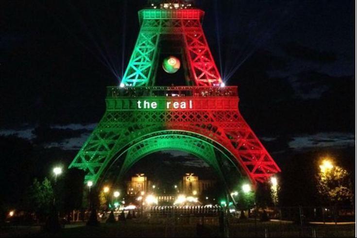 A Torre Eiffel com as cores de Portugal