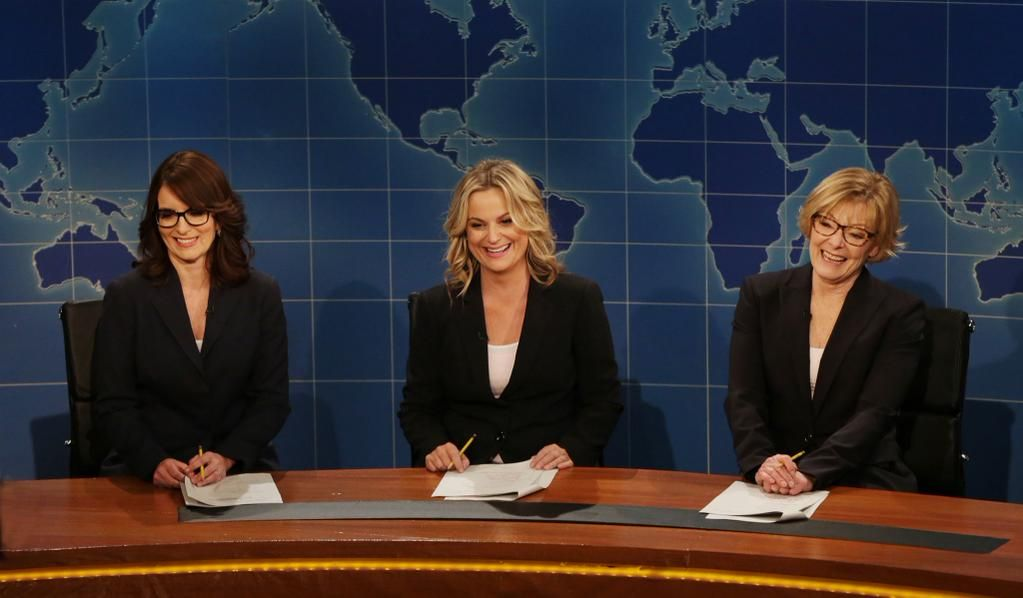 Tina Fey Amy Poehler And Jane Curtin Return To The Weekend Update Desk Share Latest News On Snl Viewership