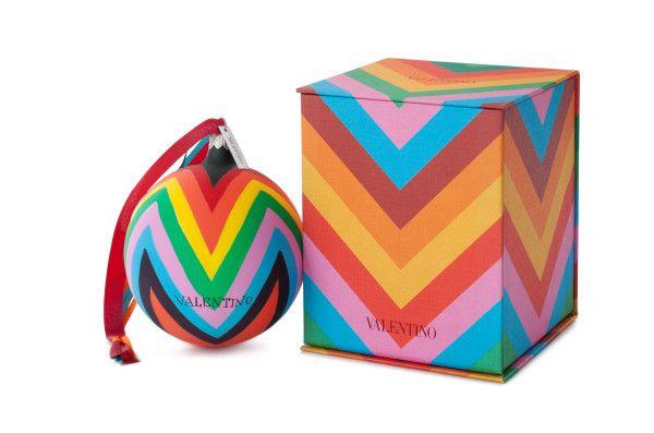 Navidad a la Valentino Si no tuvimos suficiente con la nueva colección ultra color-power de la firma italiana, ahora puedes darle ese toque a tu árbol de Navidad con estas esferas.