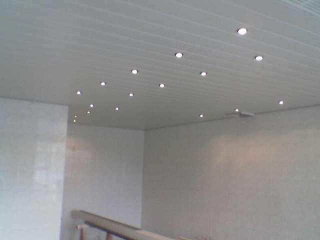 Mooi wit plafond met spotjes plafonds verlichting