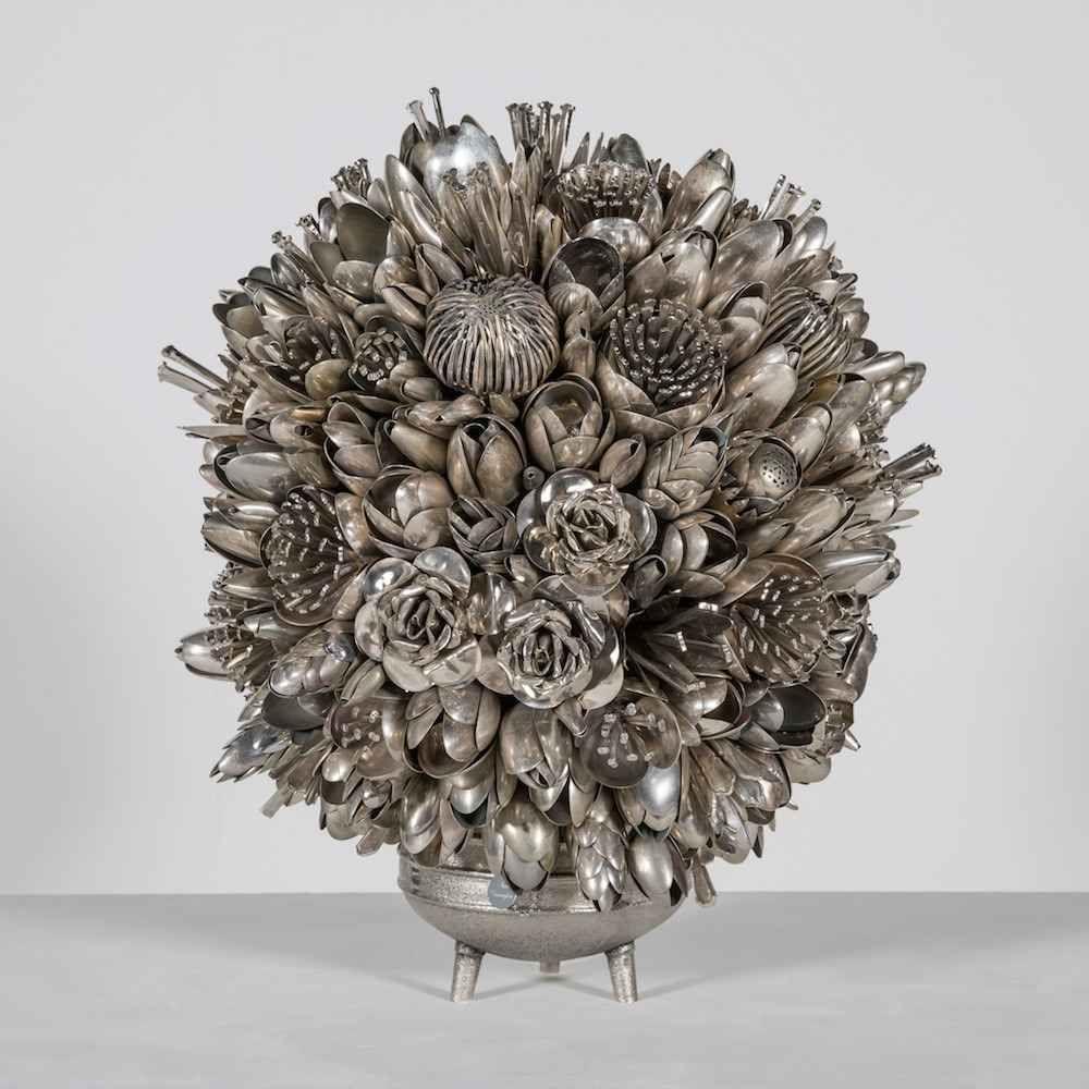 Ann Carrington crea mazzi di fiori in vaso e ghirlande con centinaia di  vecchie posate L'artista inglese Ann Carrington realizza delle belle e particolari sculture che coniugano pop-art e autentico uk-style. In una delle sue serie più iconiche, Ann Carrington, crea bouquets di fiori in #arte #scultura #fiori