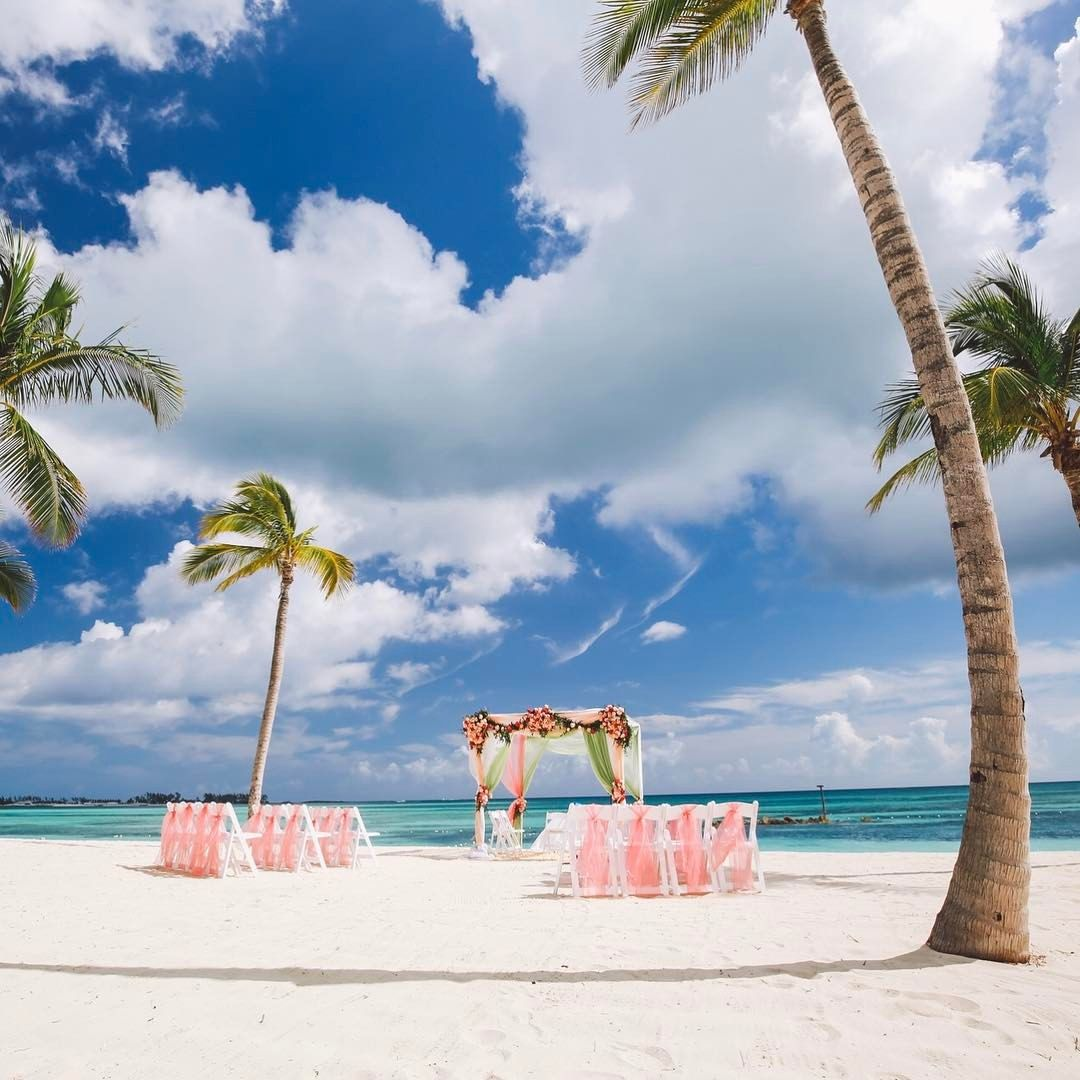 Nassau Bahamas Beach Wedding Venue Happy Monday Friends This Week We Re Revisiting Preeti V Bahamas Wedding Bahamas Wedding Venues Wedding Venues Beach
