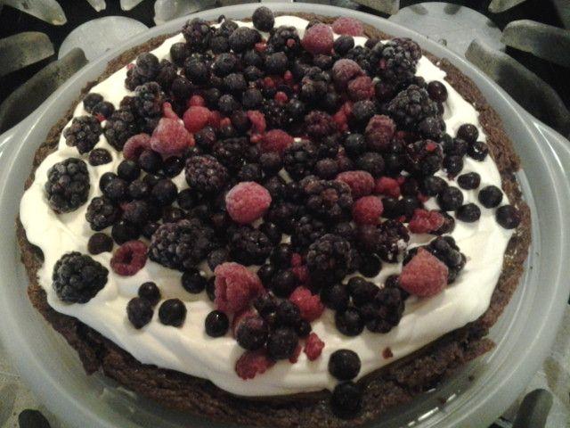 Brownie de chocolate con dulce de leche, crema y frutos rojos