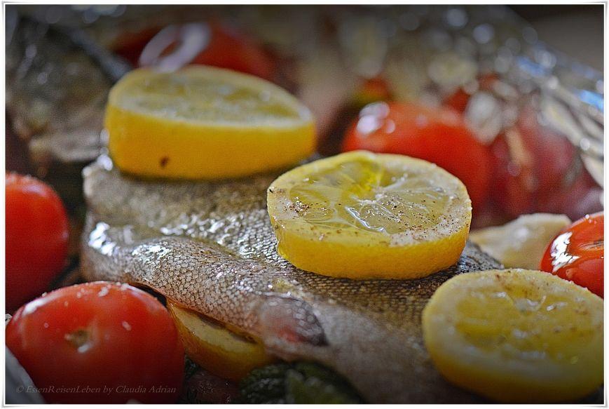 Freitagsfischgenuss bei EssenReisenLeben: Lachsforelle mit Kräutern, Tomaten, Zitrone & unser gutes Olivenöl. https://www.facebook.com/EssenReisenLeben #EssenReisenLeben #Genuss #Freitag #Fisch #Lachsforelle
