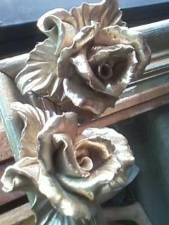 marco reciclado con flor de cerámica dorado